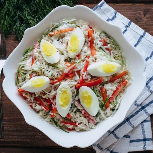 Вегетерианский салат с рисом, яйцом и грибами