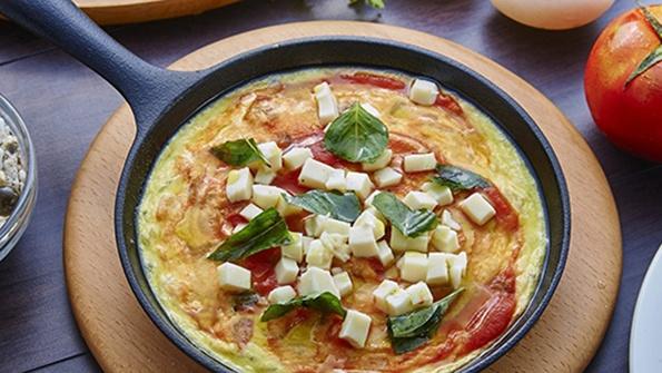 Яичница с овощами колбасой сыром — 4