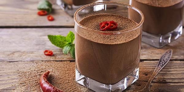 какао з перцем чилі, корицею та мускатним горіхом