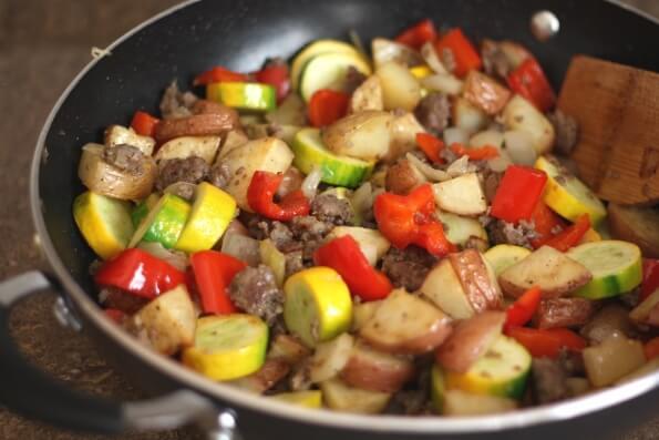 Овощи жареные с охотничьими колбасками и грибами