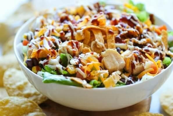 Простой салат с куриным филе и овощами