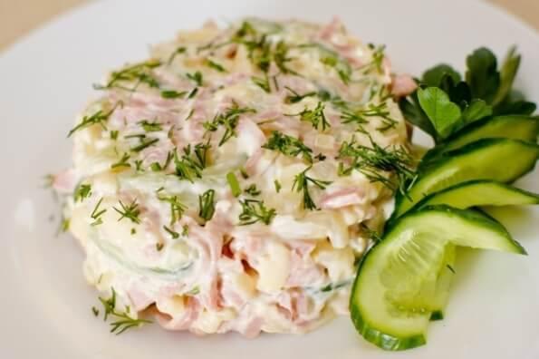Салат быстрого приготовления из ветчины и сыра