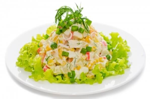 Быстрый салат с кукурузой и крабовыми палочками