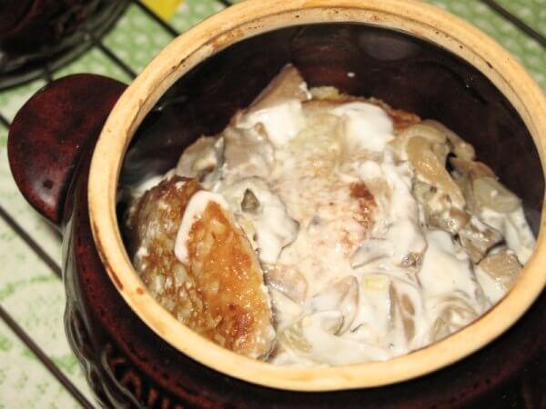 Деруны с грибами в горшочке