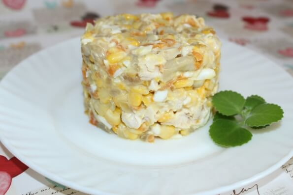 Салат з шампіньйонів, кукурудзи та курятини